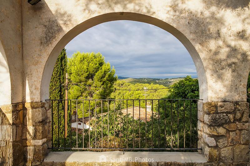 Vistas desde la plaza frente a la iglesia de Olivella