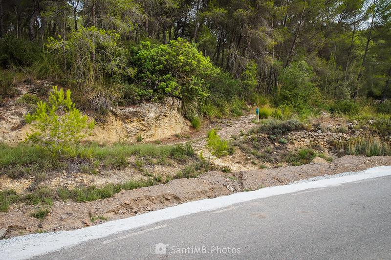 Inicio del Camí Blanc junto a la carretera de Can Grau en Olivella