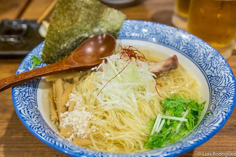 Shio ramen con caldo de huesos de pollo en Tori-soba Salt (Shimokitazawa)