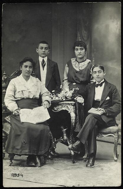 ArchivV23 Mutter mit Kindern, Pozsony (Bratislava), 1900er