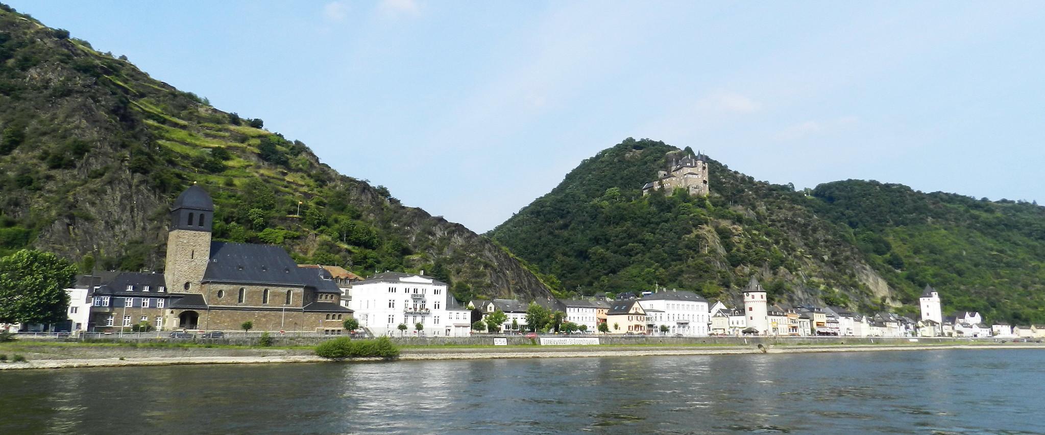 vista desde el rio Rin de la ciudad St. Goarshausen Valle del Rin Alemania