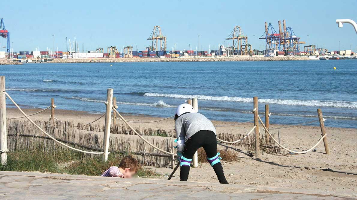 Niños jugando en la playa de Pinedo Valencia