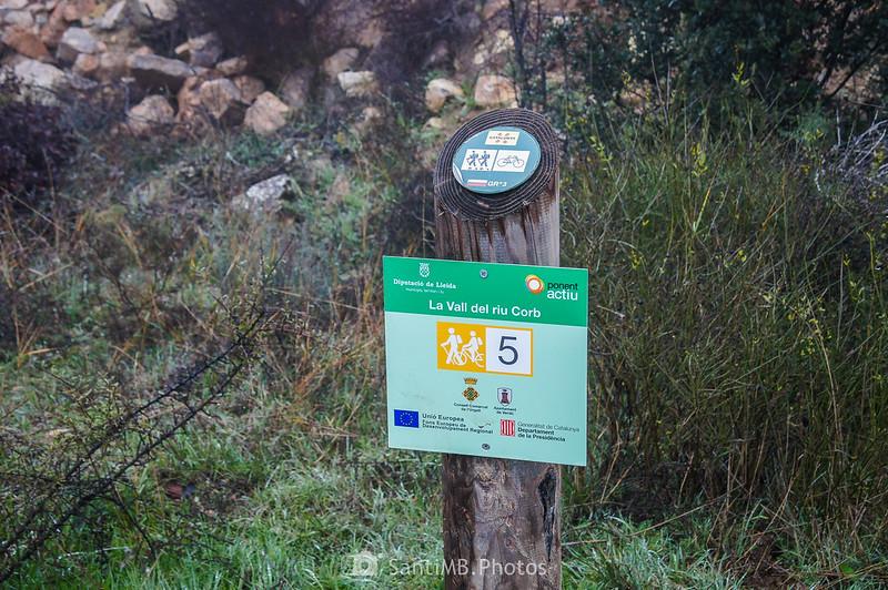 Señal del cruce de la ruta de la Vall del riu Corb con el GR-3