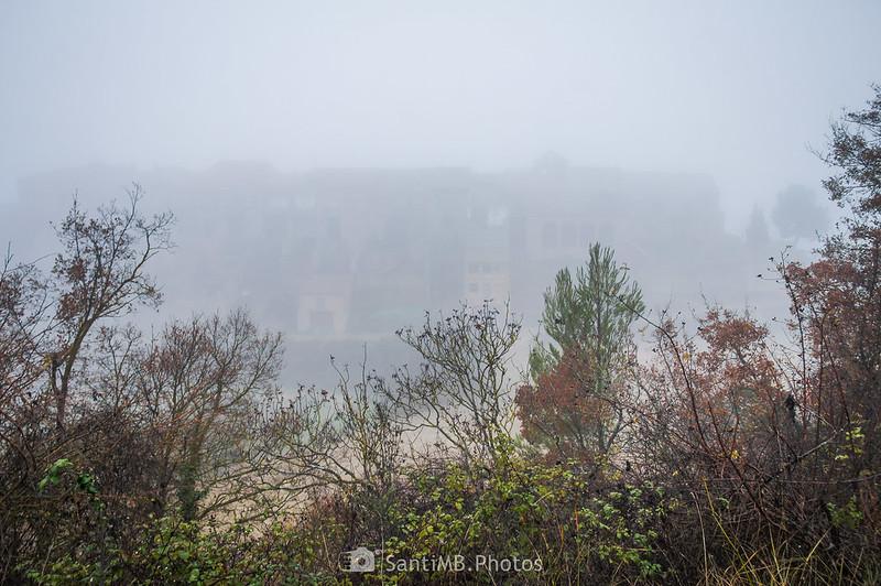 Mas de Bondia en la niebla