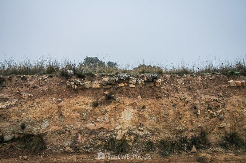Piedras en el talud del camino de Verdú a l'Ametlla de Segarra