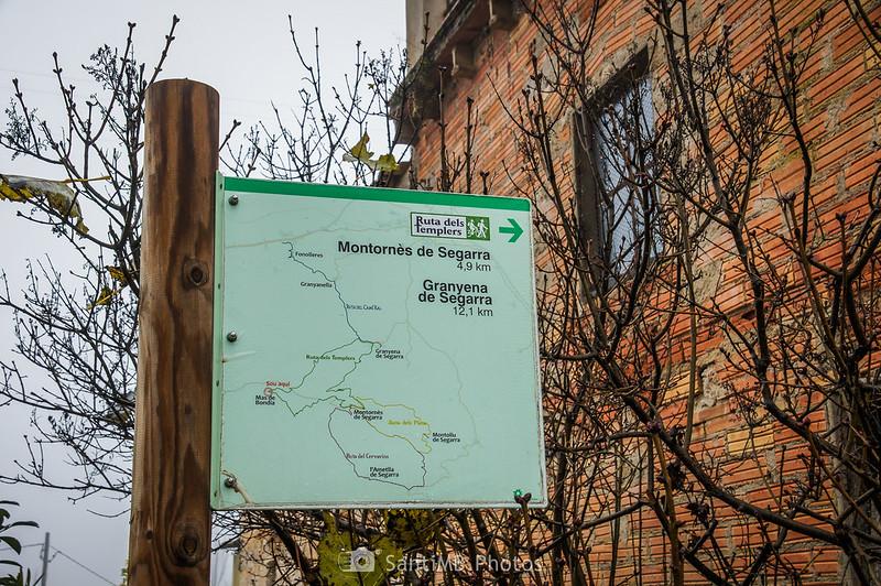 Señal de rutas de senderismo en Mas de Bondia
