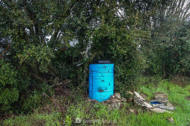 Extraño dispositivo bajo un árbol en el camino a Mas de Bondia