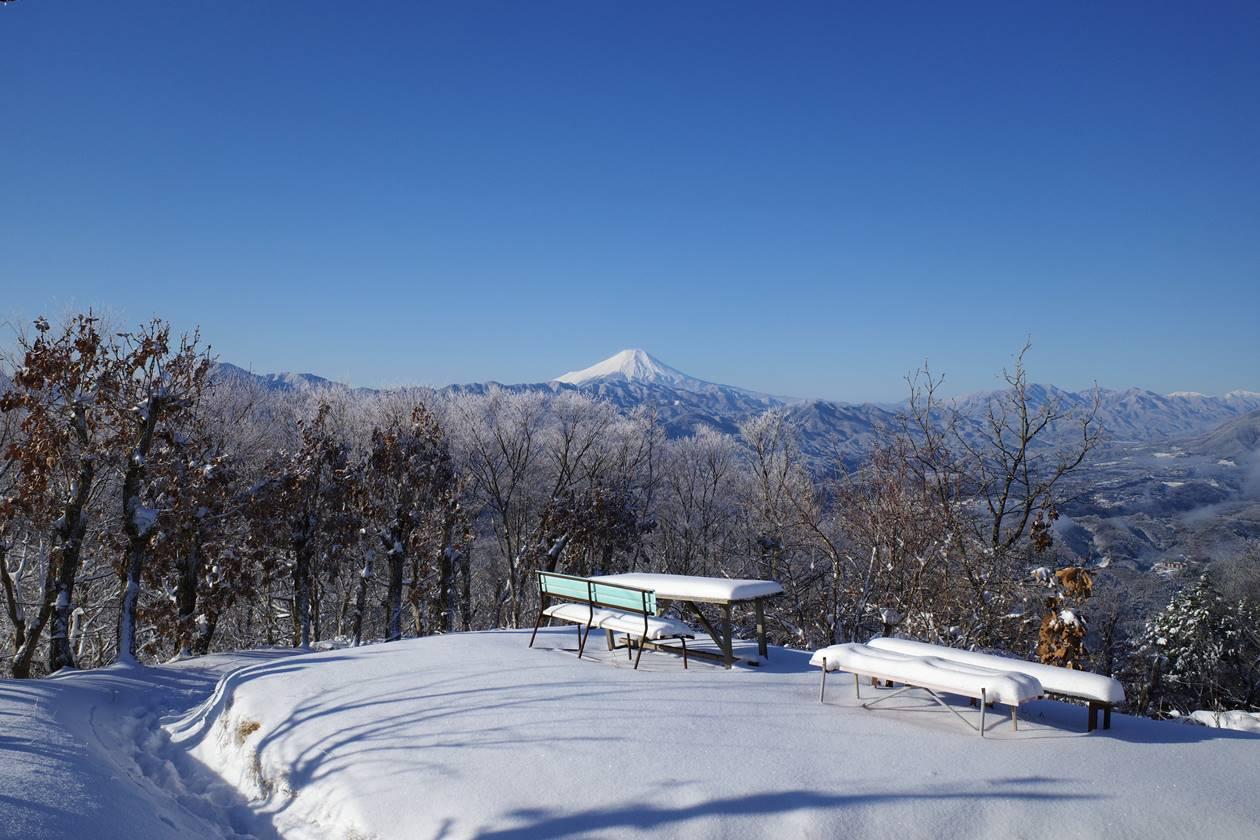 冬の陣馬山山頂から眺める富士山