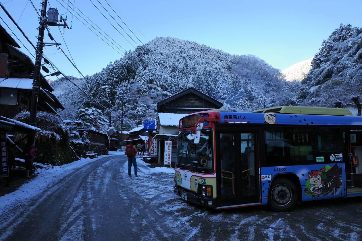 雪景色の陣馬高原下バス停