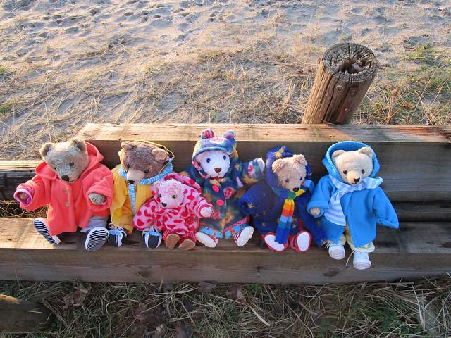 drei alte und drei von mir genähte Teddybären