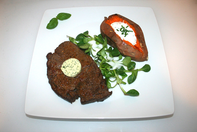 33 - Steak (Air Fryer) with baked sweet potato - Served / Steak aus dem Air Fryer mit gebackener Süßkartoffel - Serviert