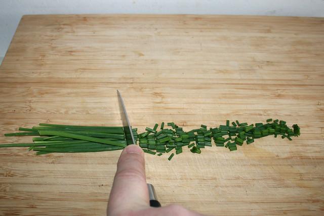 06 - Schnittlauch in Röllchen schneiden / Cut chives in rolls