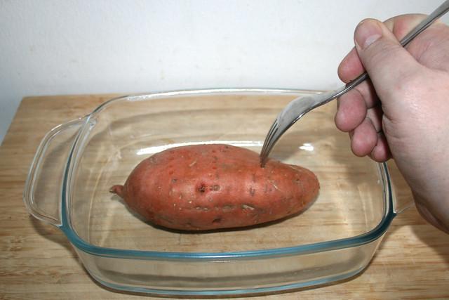 04 - Süßkartoffel mit Gabel anpiksen / Stab peel with fork