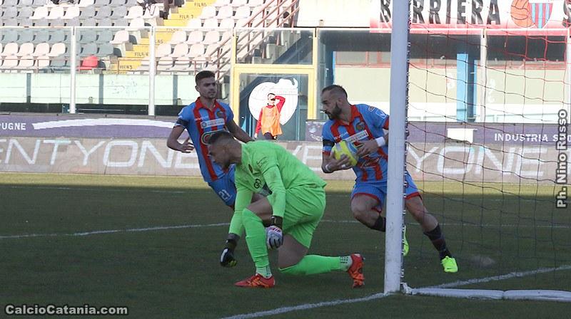 Davis Curiale raccoglie il pallone dal sacco dopo aver trafitto il portiere lucano Raffaele Ioime