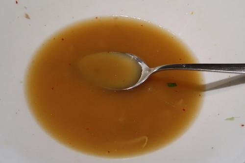 Ramen-Nudeln mit Schweinefleisch, weichem Ei, Sojasprossen und Pakchoi (Brühe mit Löffel essen)