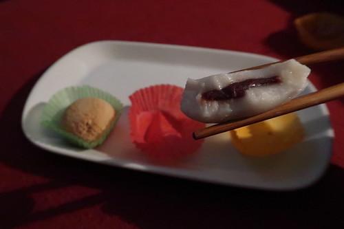 Klebreis-Kuchen mit Rote Bohnen Füllung (angebissen)