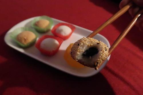 Klebreis-Kuchen mit Sesamfüllung (angebissen)