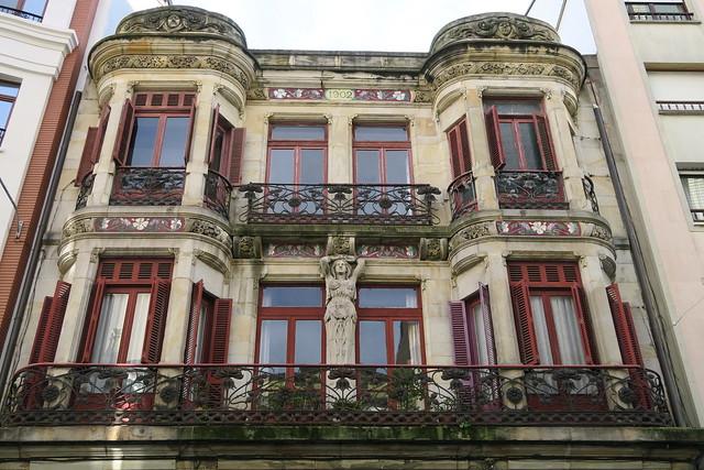 Edificio calle Cabrales 43 - Parte superior de la fachada