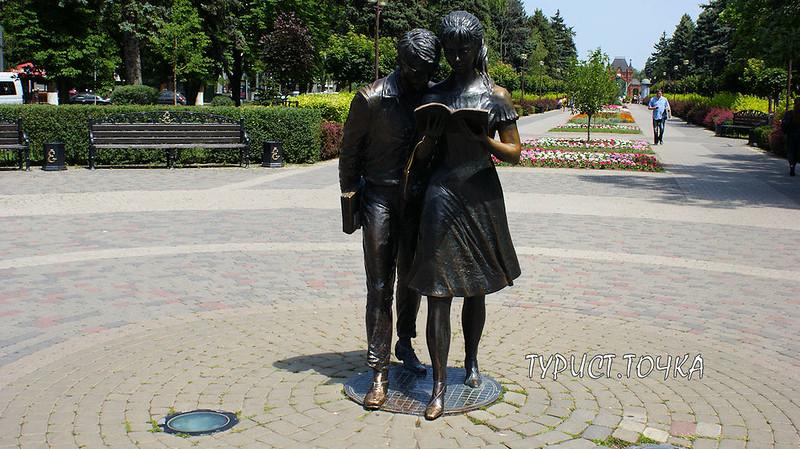 Памятник Шурику и Лиде Краснодар