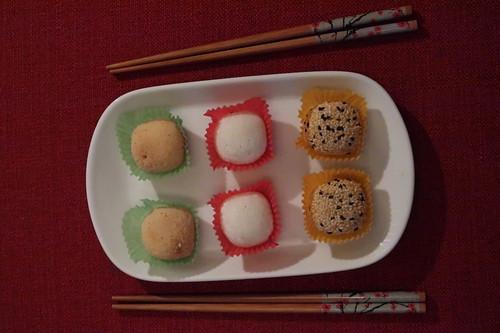 3 Sorten Mochi: je zwei Klebreis-Kuchen mit Erdnuss-, Sesam- und Bohnenfüllung