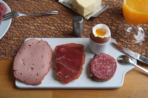 Fleischkäse, Rauchfleisch und Salami auf Majanne-Brot zum Frühstücksei