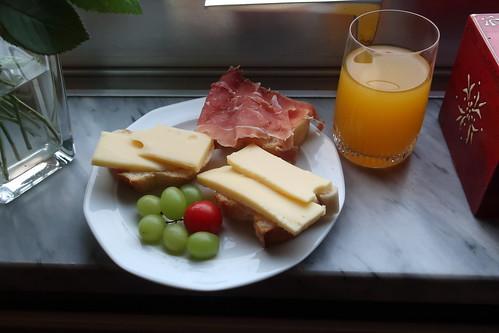 Fanta Mango zu mit Käse und Parmaschinken belegte Baguettescheiben