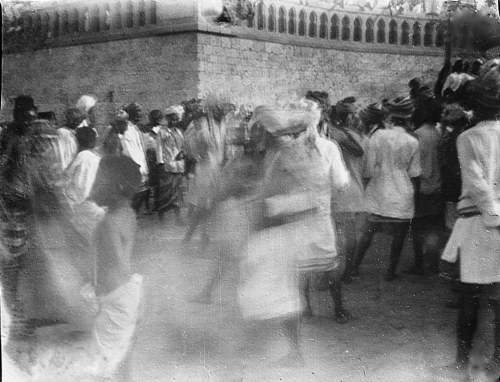 17. Джибути. Толпа на улице в праздник