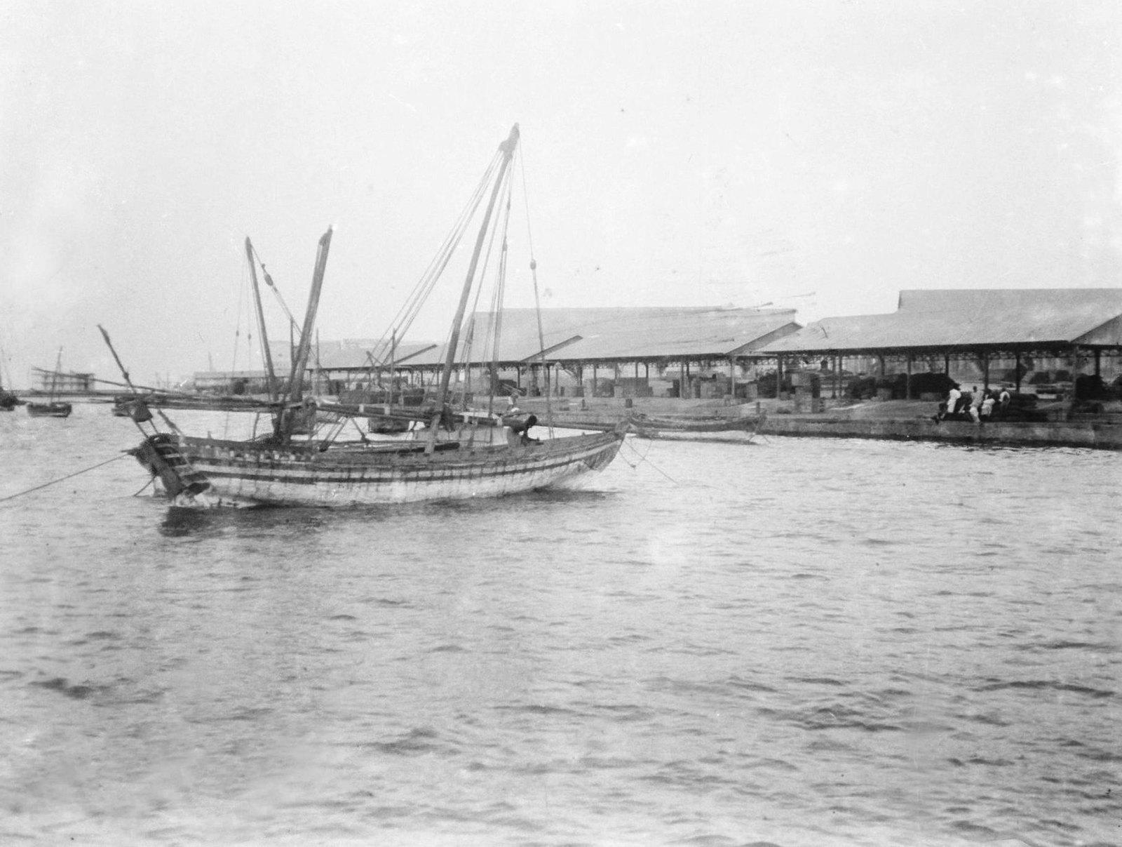 14. Джибути. Сомалийское рыболовное судно на якоре в бухте