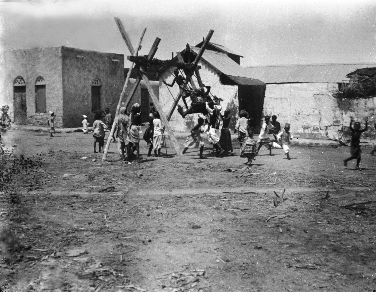 13. Джибути. Качели в сомалийской части города