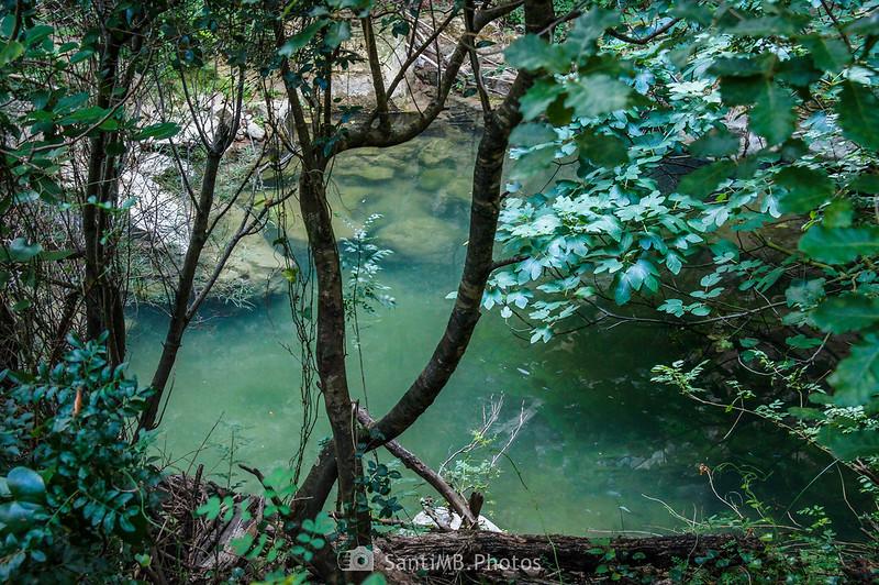 Poza a los pies de una presa en el Foix