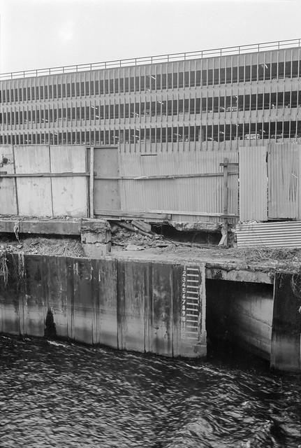River Wandle, Wandsworth. 1982 30i-12: river, marker, car park