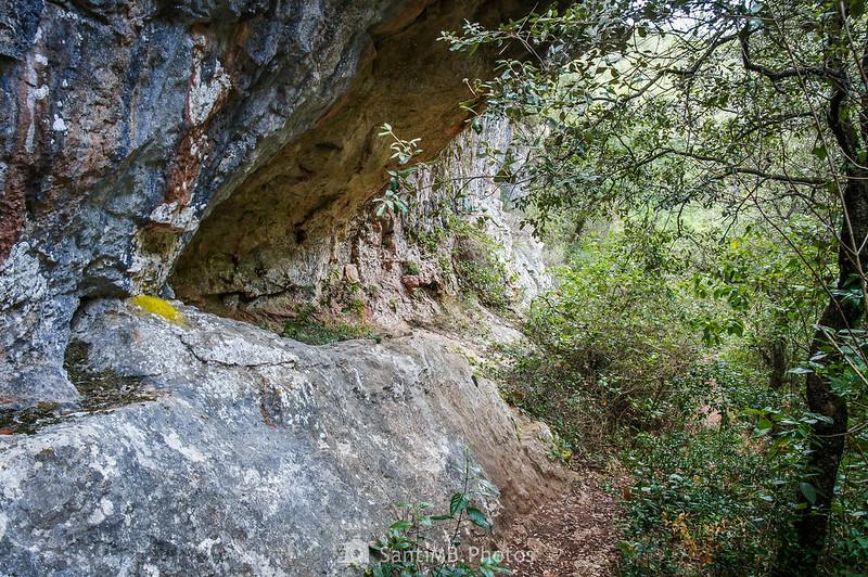 Sendero de les Gorges del Foix bajo la bauma