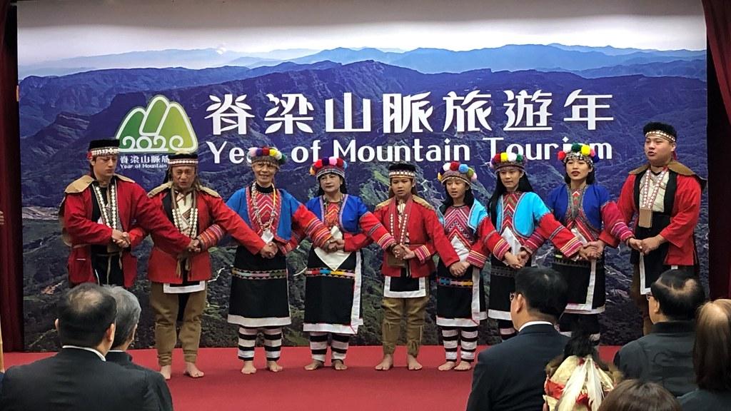 台灣脊梁山脈旅遊年始於阿里山,揭幕記者會鄒族部落以歌舞表達歡迎之意。攝影:廖靜蕙