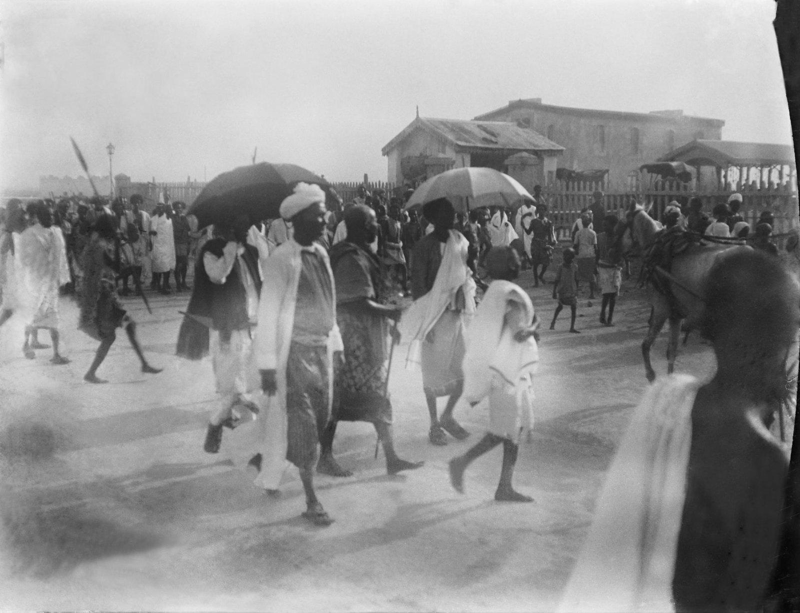 16. Джибути. Толпа и отряд сомали, идущих к губернаторскому дворцу во время праздника — копия