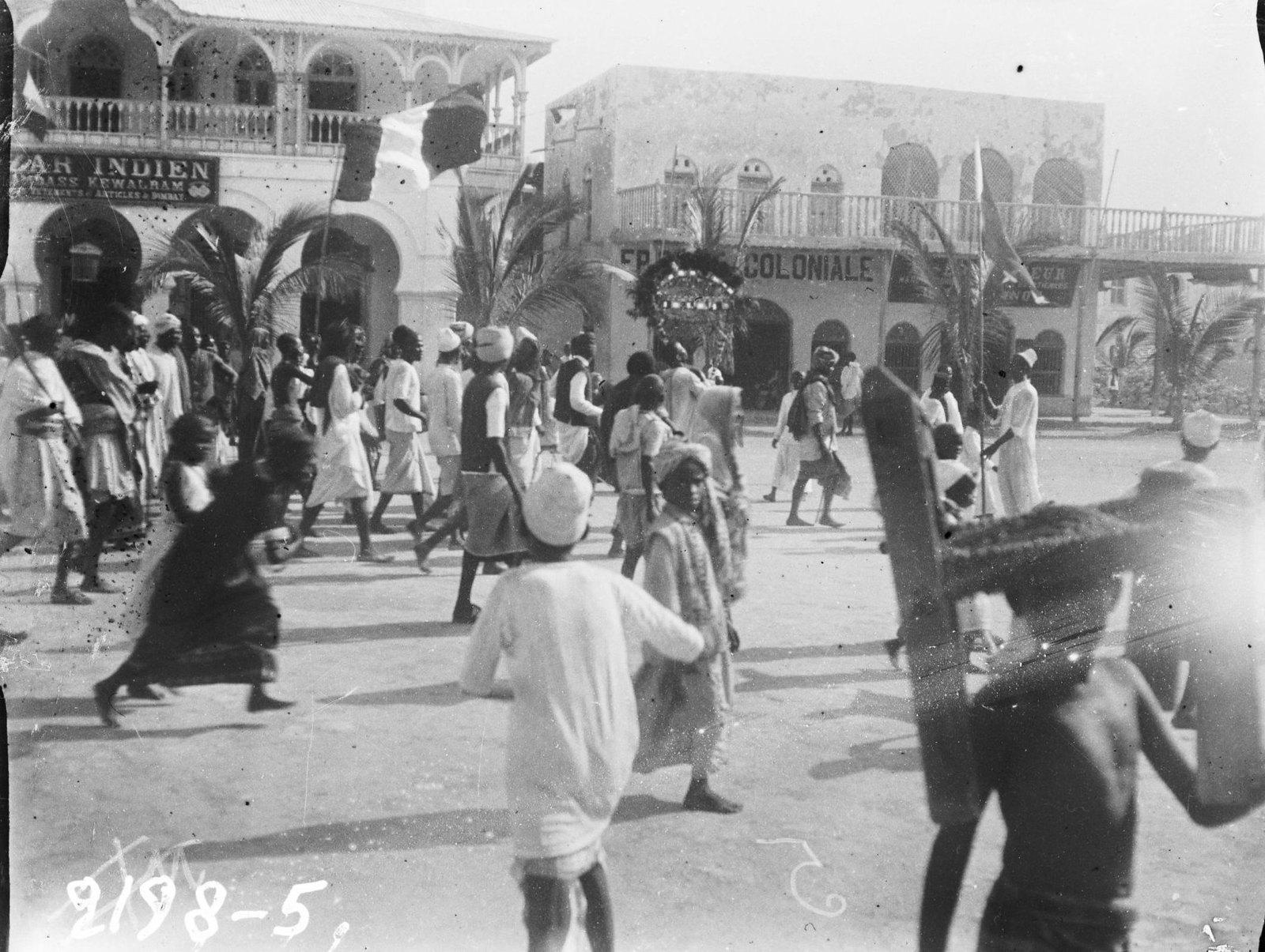 18. Джибути. Торжественное шествие мусульман с суданской лирой в праздник — копия