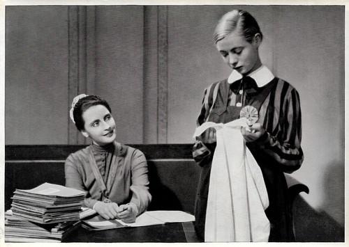 Dorothea Wieck and Hertha Thiele in Mädchen in Uniform (1931)