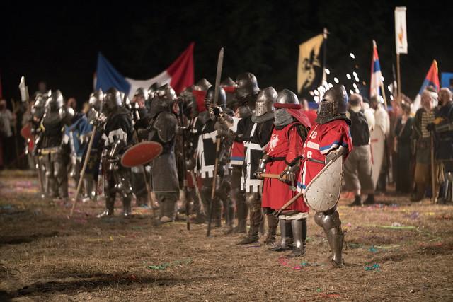 Ritter aufgereiht vor einem Turnierkampf