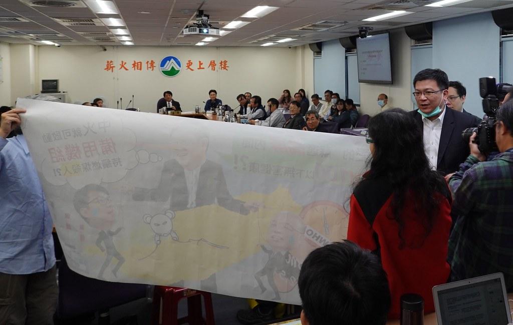 經濟部次長曾文生離席時遭到環保團體阻擋。孫文臨攝