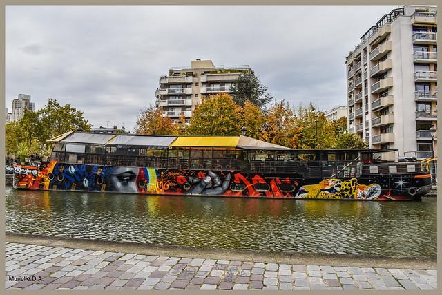 Péniche restaurant sur le canal de l'Ourcq.