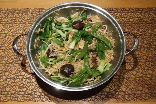 Wok-Gericht mit Hähnchenbrustfilet, Sprossen, Pakchoi, Zuckererbsen, Shitake-Pilzen und Basmatireis