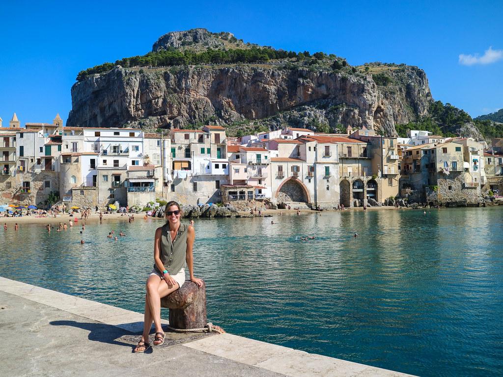 Vista de la Rocca desde el Puerto Viejo en Cefalu