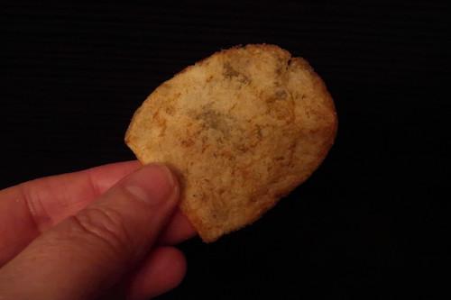 Walkers Crisps Marmite = Kartoffelchips mit dem Geschmack des legendären Hefeextraktes (ein Chip)