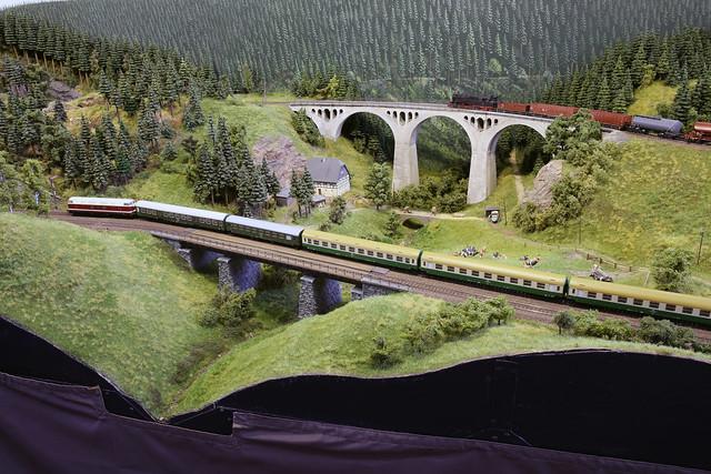 Réseau DR en HO du club OMC Gera - trains sur les deux viaducs - Intermodellbau -2017-04-06-217 mod