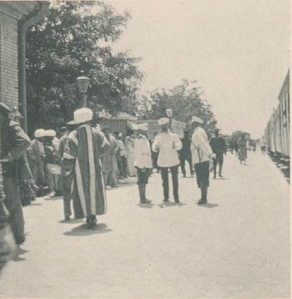 01. На платформе вокзала в Асхабаде 18 мая 1898 года