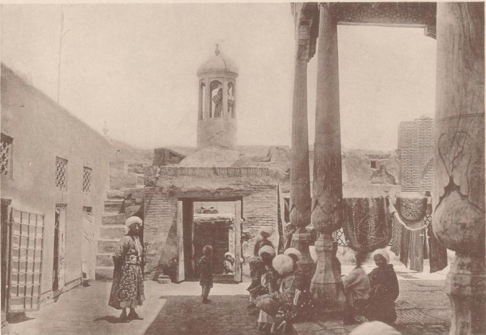 16. Бухара. Во дворе мечети, 26 мая 1898 года