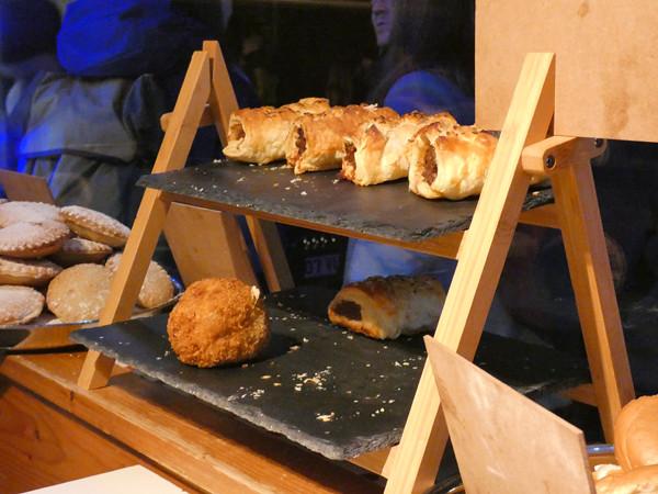 sausage rolls et scotch eggs