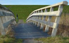 brug met voorbijganger