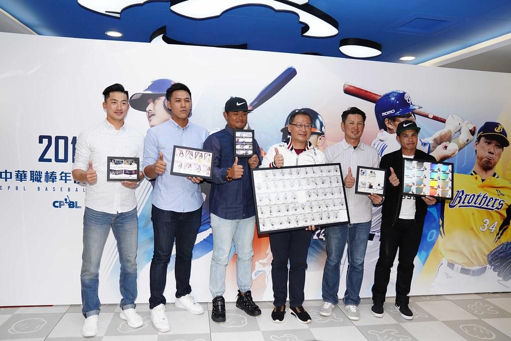 吳志揚會長與球星代表展示球員卡款。(中職聯盟提供)