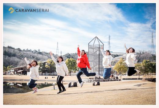還暦祝いの家族写真 芝生の上でみんなでジャンプ♪