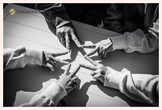 5人の手で星の形を作る 家族写真